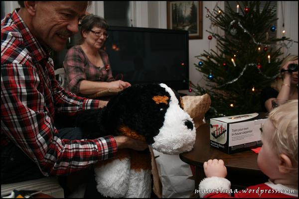 Från farmor och farfar fick Plutten en jättestor gosedjurshund.