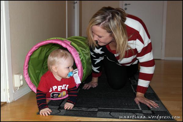 Jag och Feffe leker med tunneln. Det var skoj!!