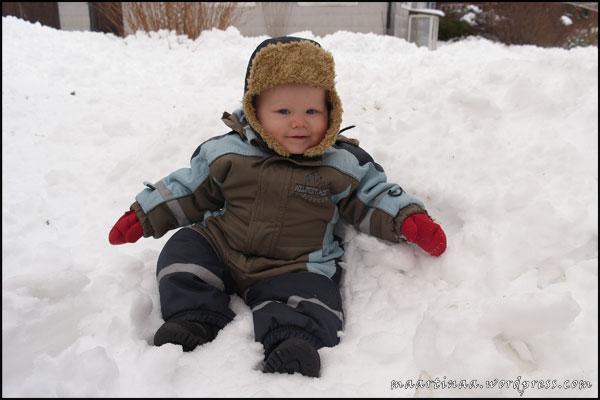 Sötnosen får känna på snö för första gången.