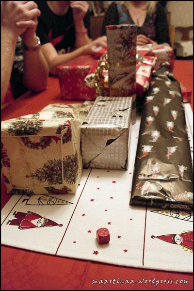 Mot slutet av kvällen blev det julklappsspelet för de vuxna.