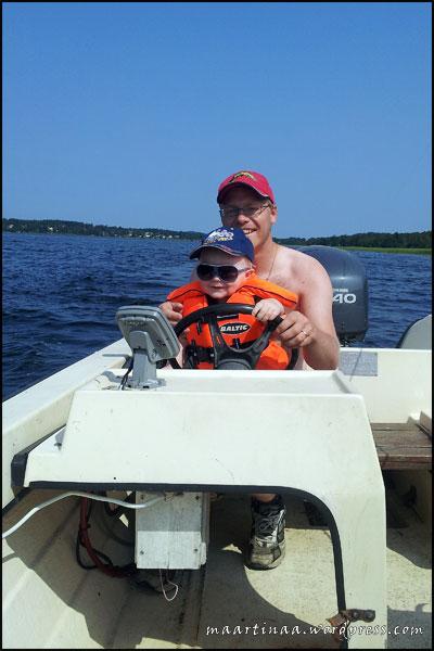 Mobilbild. Kul att styra pappas båt :)