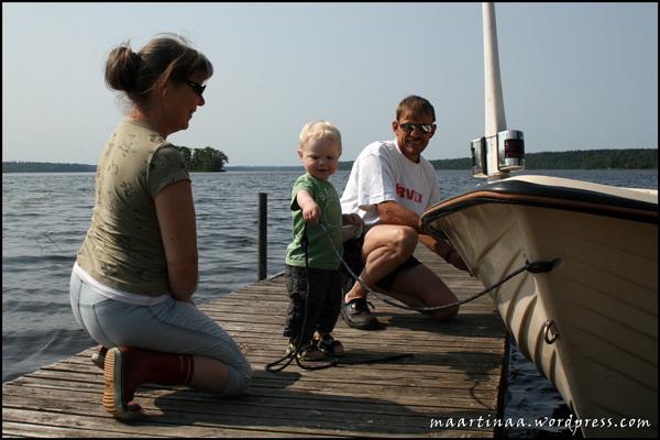 Håller båten medan vi packar i alla spön och grejer.