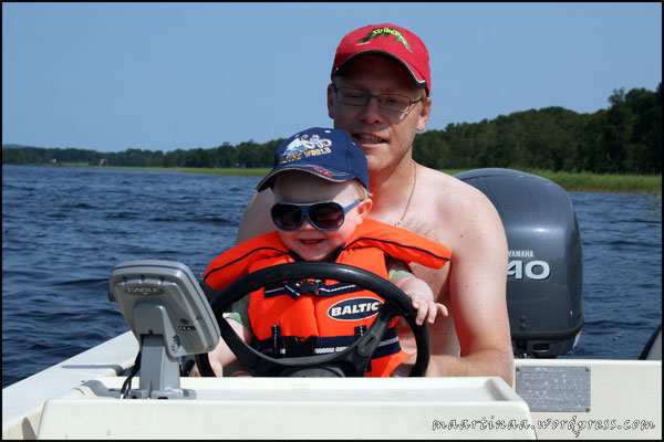 Roligt att styra båten, men ännu roligare när pappa gasade.