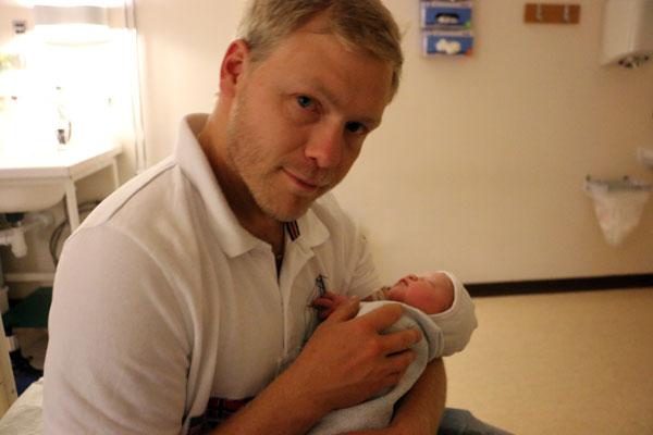 Stolt far håller sin dotter för första gången.